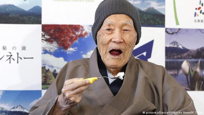 964642fc0f9dc ... يبلغ من العمر 112 عاما كأكبر معمر على قيد الحياة حالياً في العالم.  Japan - Ältester Mann der Welt (picture-alliance AP Kyodo News