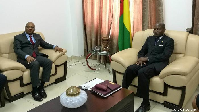 Presidente da comissão da CEDEAO, Jean-Claude Kassi Brou (esq.), foi recebido pelo Presidente José Mário Vaz