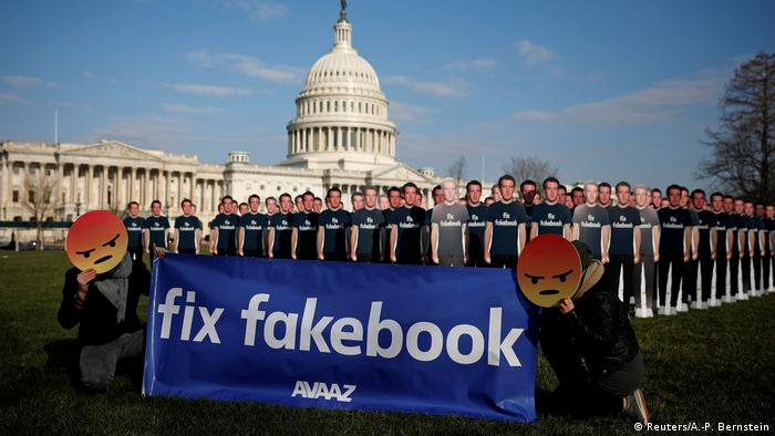 Dezenas de reproduções em cartolina de Mark Zuckerberg e uma faixa dizendo conserte o Facebook diante do Capitólio, em Washington, no dia 10 de abril, antes do depoimento do fundador da rede social sobre escândalo de vazamento de dados
