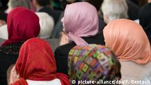 ARCHIV - Frauen mit Kopftuch, aufgenommen am 30.10.2012 im Friedenssaal vom Rathaus Osnabrück (Niedersachsen). Foto: Friso Gentsch/dpa (zur dpa-Berichterstattung zum Thema EU-Gutachter äußert sich zum Kopftuchtragen am Arbeitsplatz vom 31.05.2016) +++(c) dpa - Bildfunk+++ | Verwendung weltweit