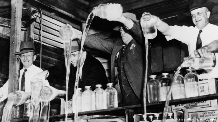 USA Prohibition Vernichtung von Alkohol | 1943 (picture-alliance/akg-images)
