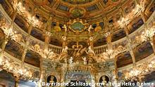Zuschauerraum, Blick auf die Fürstenloge, die Ränge und die Decke, nach der Restaurierung Quelle: http://www.bayreuth-wilhelmine.de/deutsch/aktuell/pressebilder.htm