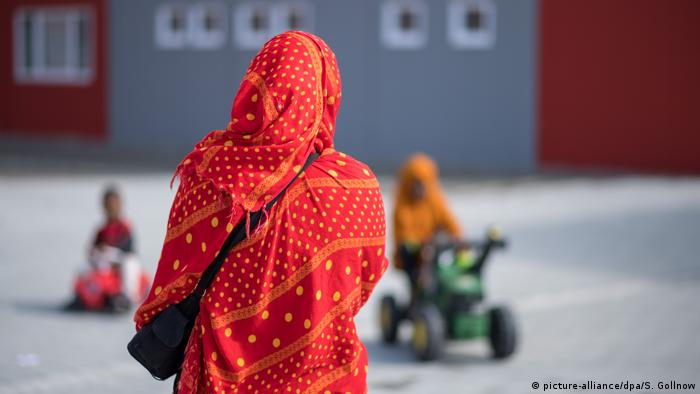 A woman standing at an asylum-seeker shelter in Tübingen, Germany (picture-alliance/dpa/S. Gollnow)