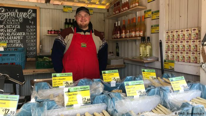 Asparagus salesman in roadside stall (DW/D. Breitenbach)