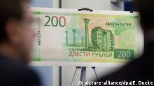 Die russische Zentralbank stellt am 12.10.17 in Moskau die neue 200 Rubel-Banknote mit Motiven der annektierten Schwarzmeerhalbinsel Krim vor. Foto: Emile Ducke/dpa | Verwendung weltweit +++ zu dpa: Währungen im Abwärtsstrudel: Warum Lira, Rubel & Co taumeln