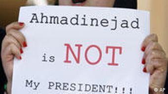 Demonstrantin mit Plakat. Text: Ahmadinejad is not my president (Foto:AP)