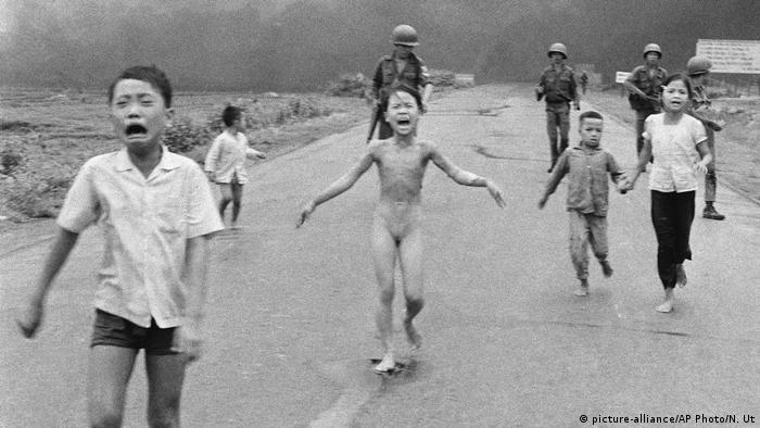 Kim Phuc corriendo y llorando desnuda en el centro de la imagen.