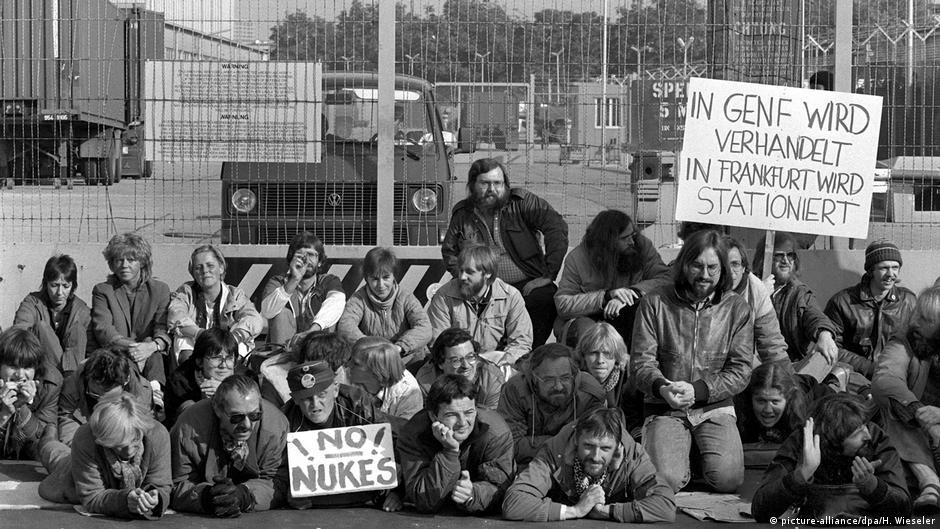 Joschka Fischer bei einer Demonstration 1983