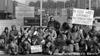 Μέλη των Πρασίνων, μεταξύ αυτών και ο μετέπειτα υπουργός Εξωτερικών Γιόσκα Φίσερ, διαδηλώνουν κατά των πυρηνικών όπλων εξώ από αμερικανική βάση στην περιοχή της Φραγκφούρτης