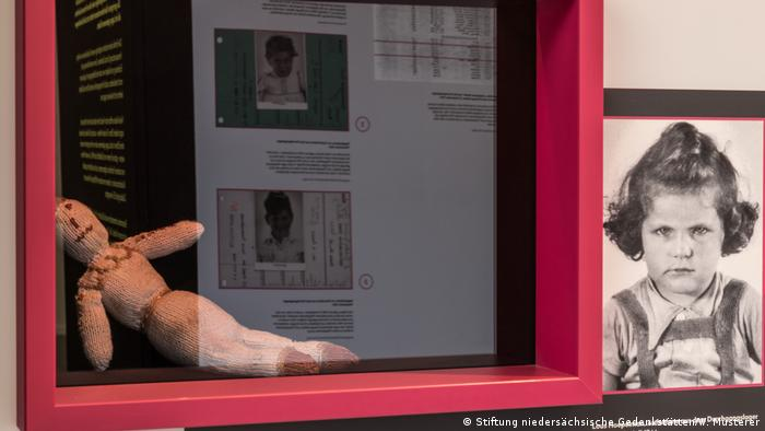 """Kinderbild von Lous Steenhuis und die Puppe """"Mies"""" Ausstellung Kinder im KZ Bergen-Belsen (Stiftung niedersächsische Gedenkstätten/W. Musterer)"""