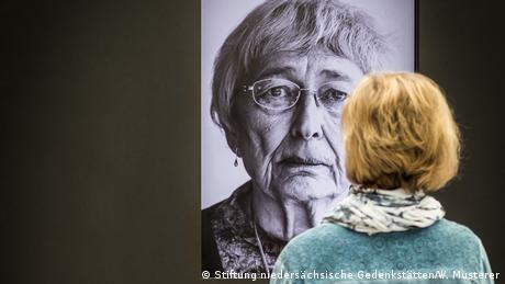 Porträt einer alten Dame, die als Kind im Lager war in der Ausstellung Kinder im KZ Bergen-Belsen (Stiftung niedersächsische Gedenkstätten/W. Musterer)