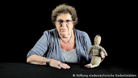 Lous Steenhuis-Hoepelman mit ihrer Strickpuppe (Stiftung niedersächsische Gedenkstätten)