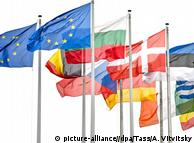 Флаги стран ЕС перед зданием Европарламента