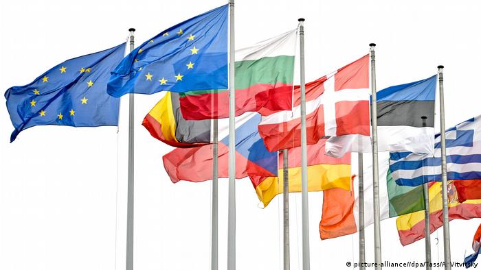 Flags of the European Union waving in Strasbourg (picture-alliance//dpa/Tass/A. Vitvitsky)
