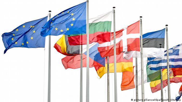 Flaggen der EU vor Europaparlament in Straßburg