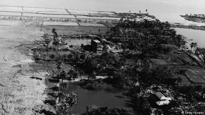 Foto aérea em preto e branco mostra paisagem devastada pelo ciclone