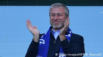 Roman Abramovich applauds as Chelsea players celebrate their Premier League win in 2017 (Getty Images/AFP/B. Stansall)