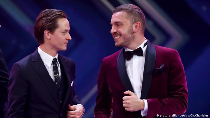 Tom Schilling und Edin Hasanovic stehen auf der Bühne bei der Goldenen Kamera 2017.