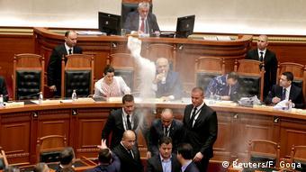 Επίθεση με... αλεύρι είχε δεχθεί ο αλβανός πρωθυπουργός μέσα στη βουλή τον Απρίλιο του 2018.