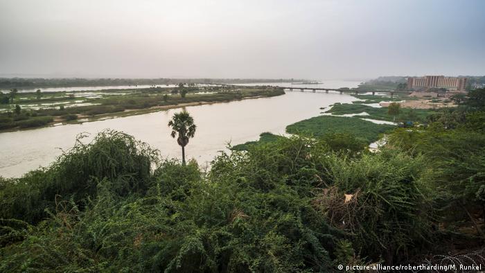 Der Niger-Fluss mit grün bewachsenen Ufern (picture-alliance/robertharding/M. Runkel)