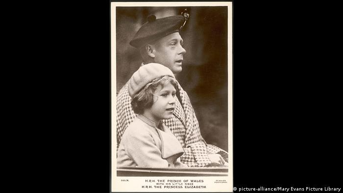 Queen Elizabeth with her uncle Edward (picture-alliance/Mary Evans Picture Library)