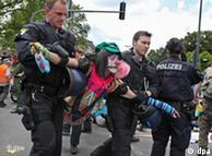Полиция уносит демонстрантов с дороги в Гиссене