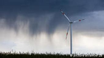Windrad vor dunklem Himmerl (Foto: dpa)