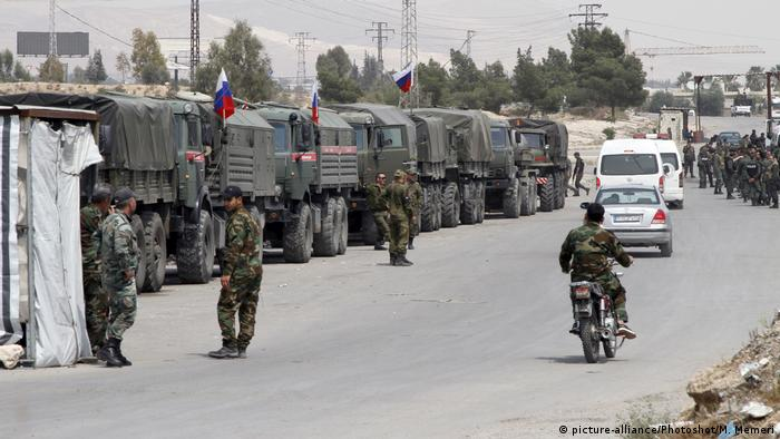 Russian military police line a road with trucks near Douma in Syria(picture-alliance/Photoshot/M. Memeri)