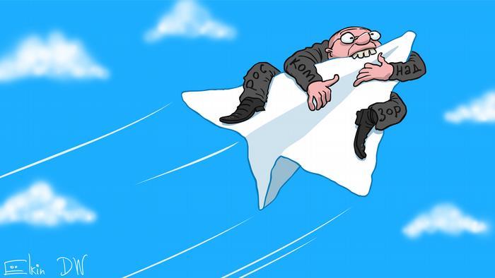 Мужчина с надписью на одежде Роскомнадзор вцепился зубами в самолетик - значок мессенджера Telegram