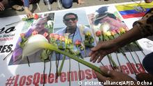 Women place flowers on pictures of three press workers after their deaths were confirmed. (picture-alliance/AP/D. Ochoa)