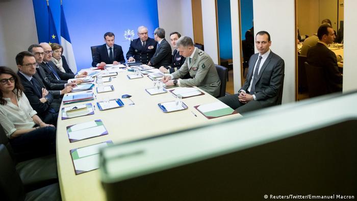 Президент Франции Макрон (в центре)