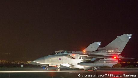 Zypern Britischer Kampfjet vor Einsatz (picture-alliance/AP Photo/L. Matthews)