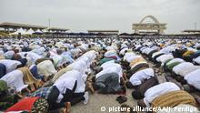 ACCARA, GHANA - JUNE 26 : Ghanaian Muslims perform Eid al-Fitr prayer at Independence square in Accara, Ghana on June 26, 2017. Eid al-Fitr is a religious holiday celebrated by Muslims around the world that marks the end of Ramadan, Islamic holy month of fasting. Jordi Perdigo / Anadolu Agency | Keine Weitergabe an Wiederverkäufer.