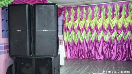 Loud speakers mounted on top of each other on stage (Tomaso Clavarino)