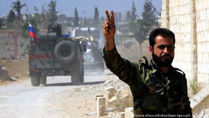 Soldat sirian şi autovehicule ruseşti intrând în Douma după raidul anglo-franco-american