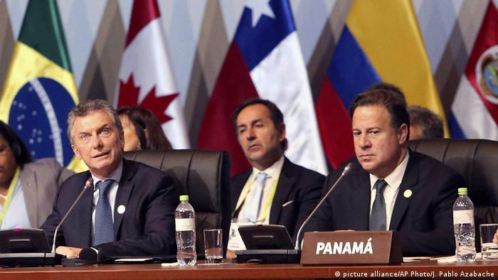 Il presidente dell'Argentina Mauricio Macri (sinistra) e il presidente panamense Juan Carlos Varela (destra) a Lima, Perù. Credits to: Azabache/AP.
