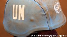 05.04.2016*** ARCHIV - 05.04.2016, Mali, Gao:Ein Bundeswehrsoldat stehen im Camp Castor mit Helm mit dem Logo der Vereinten Nationen. (zu dpa «Wenn Helfern ihre Macht zu Kopfe steigt» vom 15.02.2018) Foto: Michael Kappeler/dpa +++(c) dpa - Bildfunk+++ | Verwendung weltweit