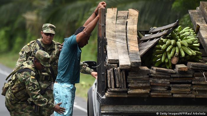 Zwei Soldaten durchsuchen einen Mann, der sich an seinen Lastwagen mit erhobenen Händen lehnt (Doto Getty Images)
