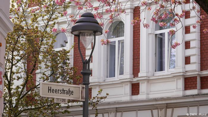 pink flowers, street lamp, old building (DW/H. Mund)