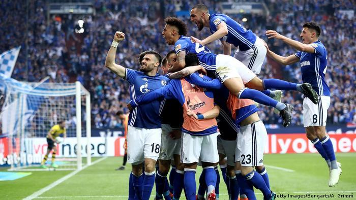 1. Bundesliga 30. Spieltag | FC Schalke 04 - Borussia Dortmund | Jubel Schalke (Getty Images/Bongarts/A. Grimm)