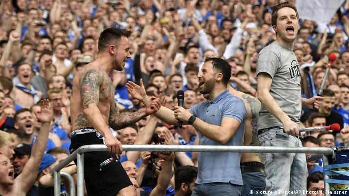 Bundesliga / 30. Spieltag/ Tedesco in einer Traube aus Fans (picture-alliance/AP Photo/M. Meissner)