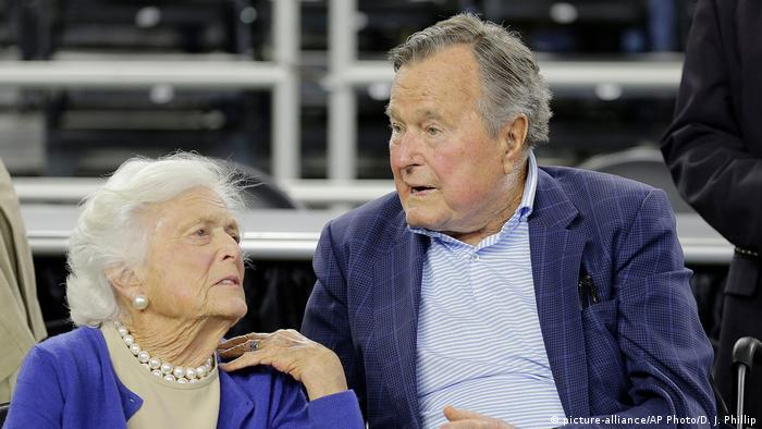 Das ehemalige Präsidentenpaar Barbara und George Bush (picture-alliance/AP Photo/D. J. Phillip)