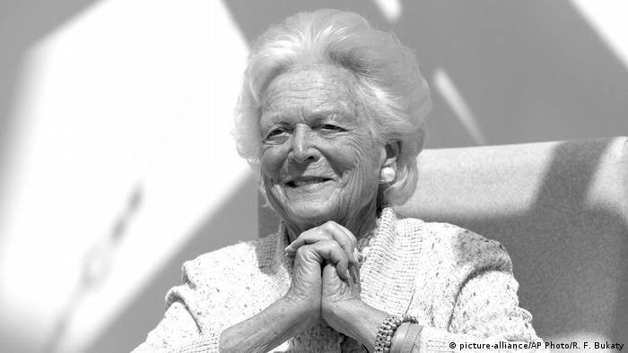 USA: Die ehemalige First Lady Barbara Bush/ schwarzweiß Foto (picture-alliance/AP Photo/R. F. Bukaty)
