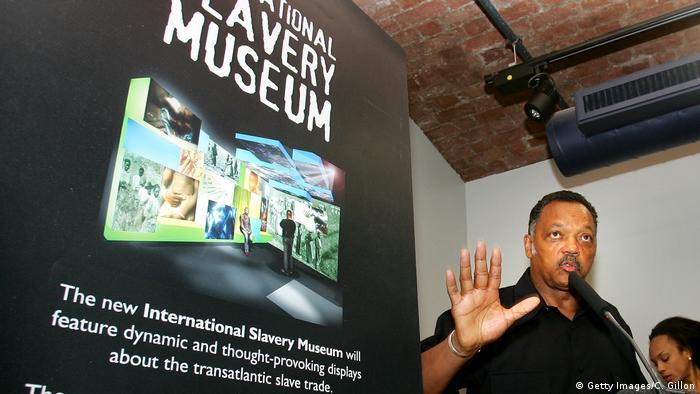 Banner mit Aufschrift des International Slavery Museum in Liverpool. (Getty Images/C. Gillon)