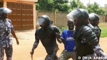 14.4.2018, Lome, Togo+++Polizisten verhaften mutmaßliche Demonstranten (c) DW/Adrian Kriesch