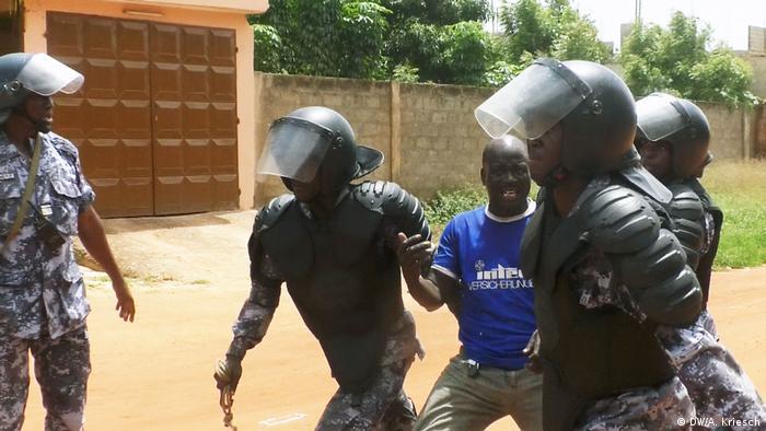 Manifestante detido pela polícia durante protesto em abril de 2018