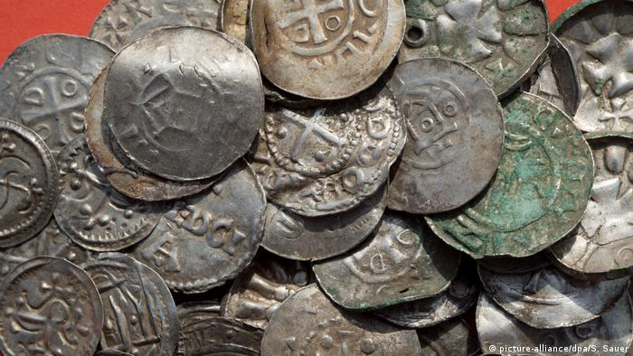 Silver coins linked to Harald Bluetooth (picture-alliance/dpa/S. Sauer)