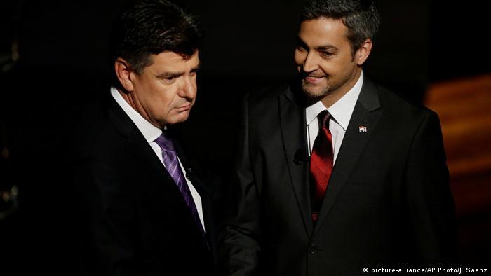 Efraín Alegre (esq.) e Mario Abdo Benítez em debate televisivo