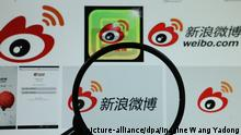 --FILE--A netizen browses an online image of Weibo, the Twitter-like microblogging service of Sina.com, in Shanghai, China, 21 January 2016. Chinese social media giant Sina Weibo removed or blocked gay-themed content on Friday (13 April 2018) as part of a campaign to purify the online environment, but has triggered controversy. The main targets include pornographic, violent and gay-themed cartoons, pictures, videos and articles, as well as content such as slash, gay, boys love and gay fictional stories, according to a notice posted by the administration account of Sina Weibo, the Chinese Twitter-like platform with more than 392 million active monthly users. The three-month campaign is intended to further make a clean and harmonious community environment and is based on laws and regulations, such as the Cyber Security Law, Sina said. Foto: Wang Yadong/Imaginechina/dpa |