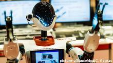 Der Serviceroboter THKR-7+ der Japanischen Firma THK wird am 04.04.2017 in Hamburg auf der Aircraft interiors Expo Hamburg gezeigt. Auf der Messe vom 04.04 bis 06.04.2017 geht es um das Innenleben von Passagierflugzeugen. Foto: Christophe Gateau/dpa | Verwendung weltweit
